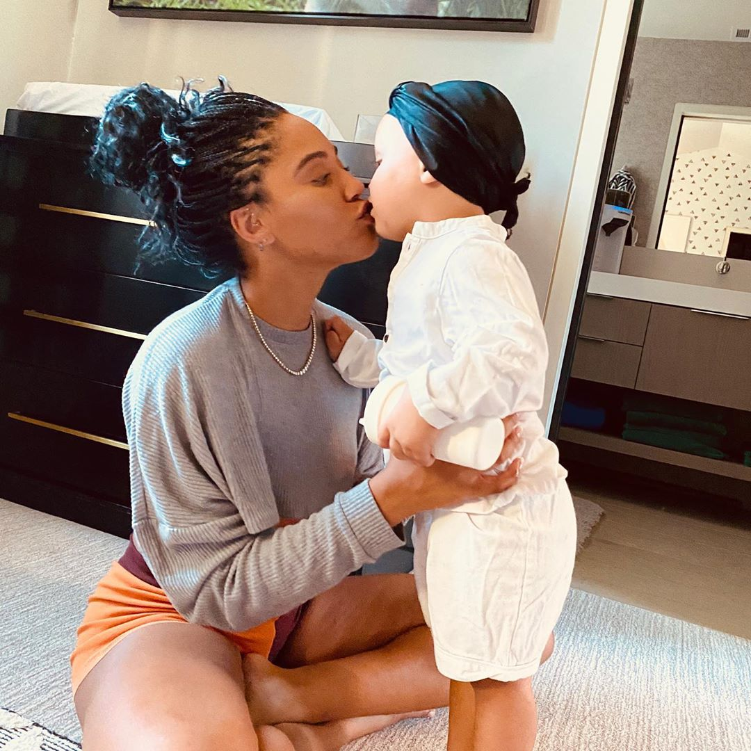 阿耶莎晒照祝卡农两岁生日快乐:一岁的最后足疗和亲吻