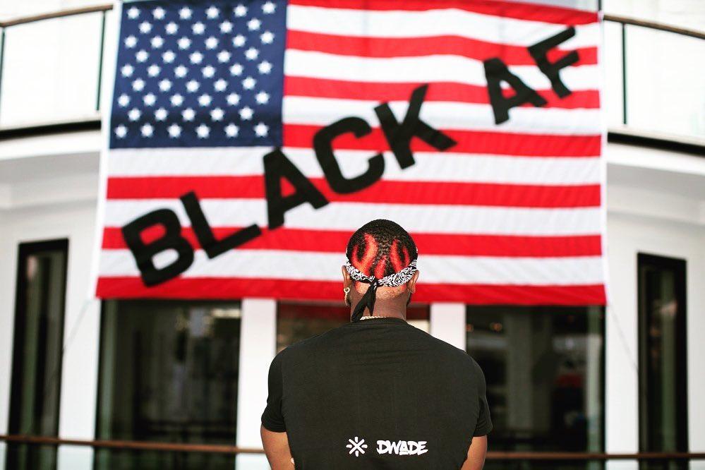 韦德社媒晒自己站在国旗前为黑人发声照,新发型瞩目