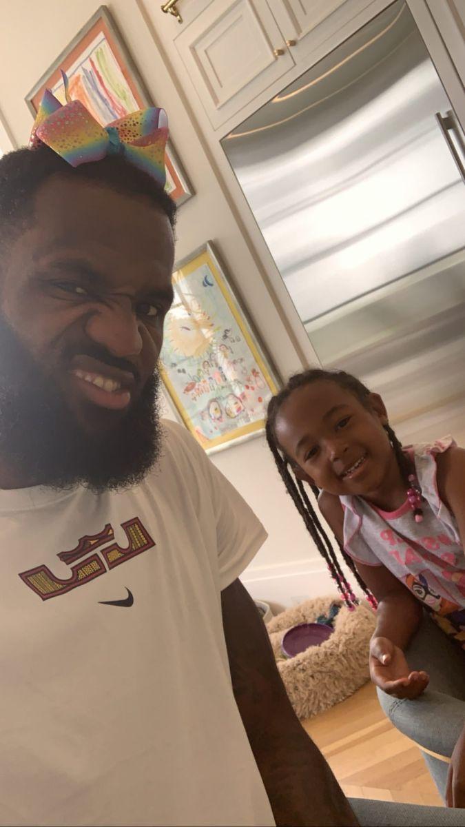 詹姆斯与女儿互动头戴蝴蝶结:被Z召唤吃早餐就会这样