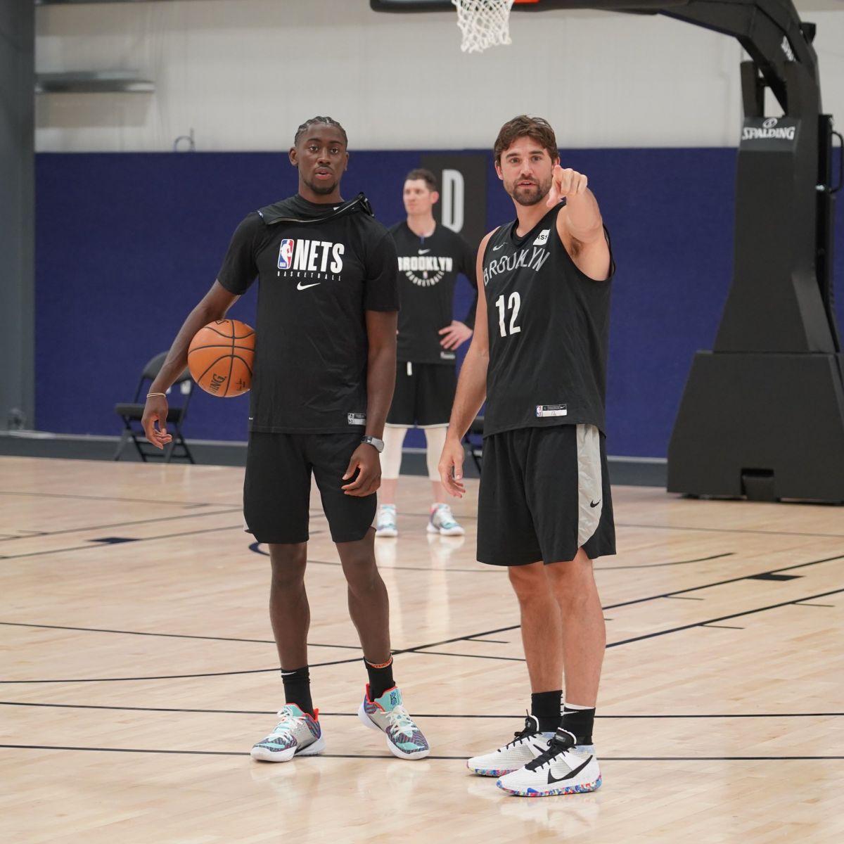 篮网官方推特发布最新训练照:在奥兰多的第一次训练