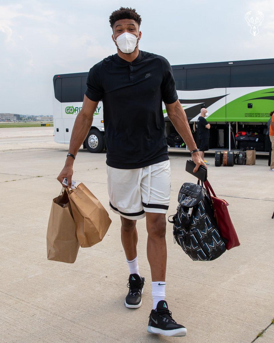 雄鹿官方晒出球队抵达奥兰多的照片:是时候了
