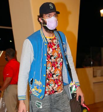 记者打趣洛佩斯兄弟穿迪士尼衣服抵达园区:平时就这么穿