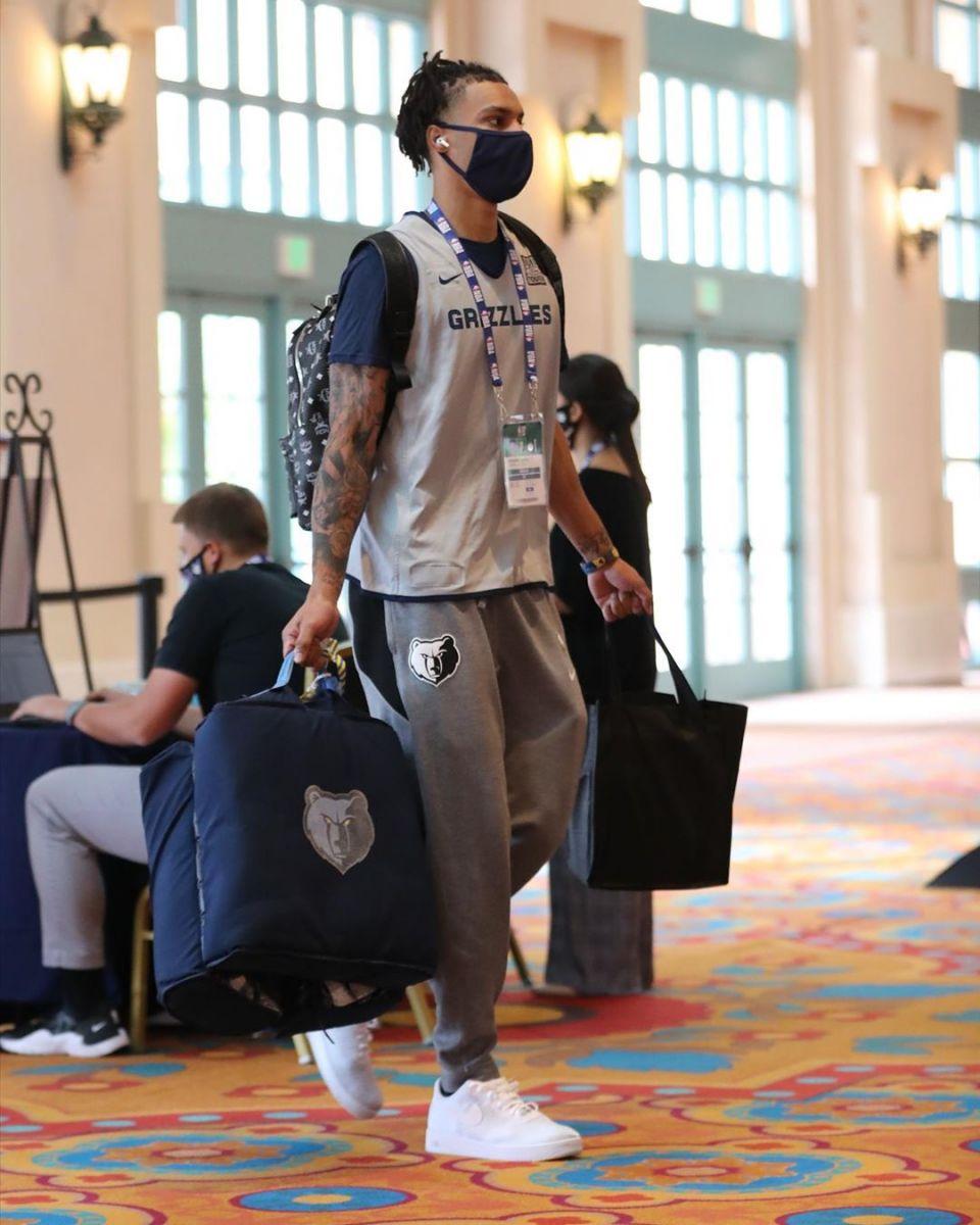灰熊发布球员图片并呼吁:每日提醒,大家记得戴口罩!
