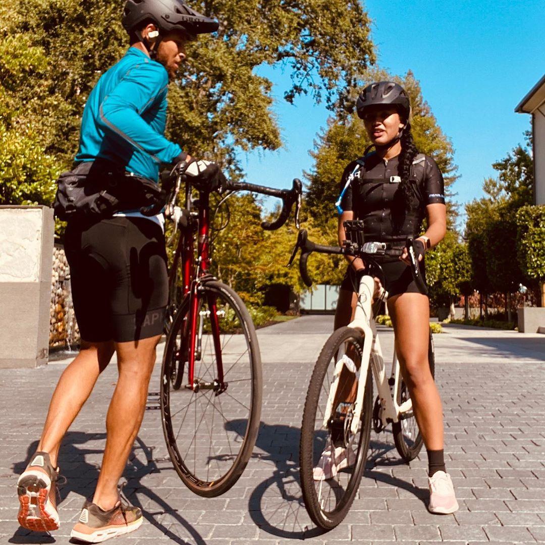 阿耶莎晒出与库里骑行照:我喜欢与你一起冒险