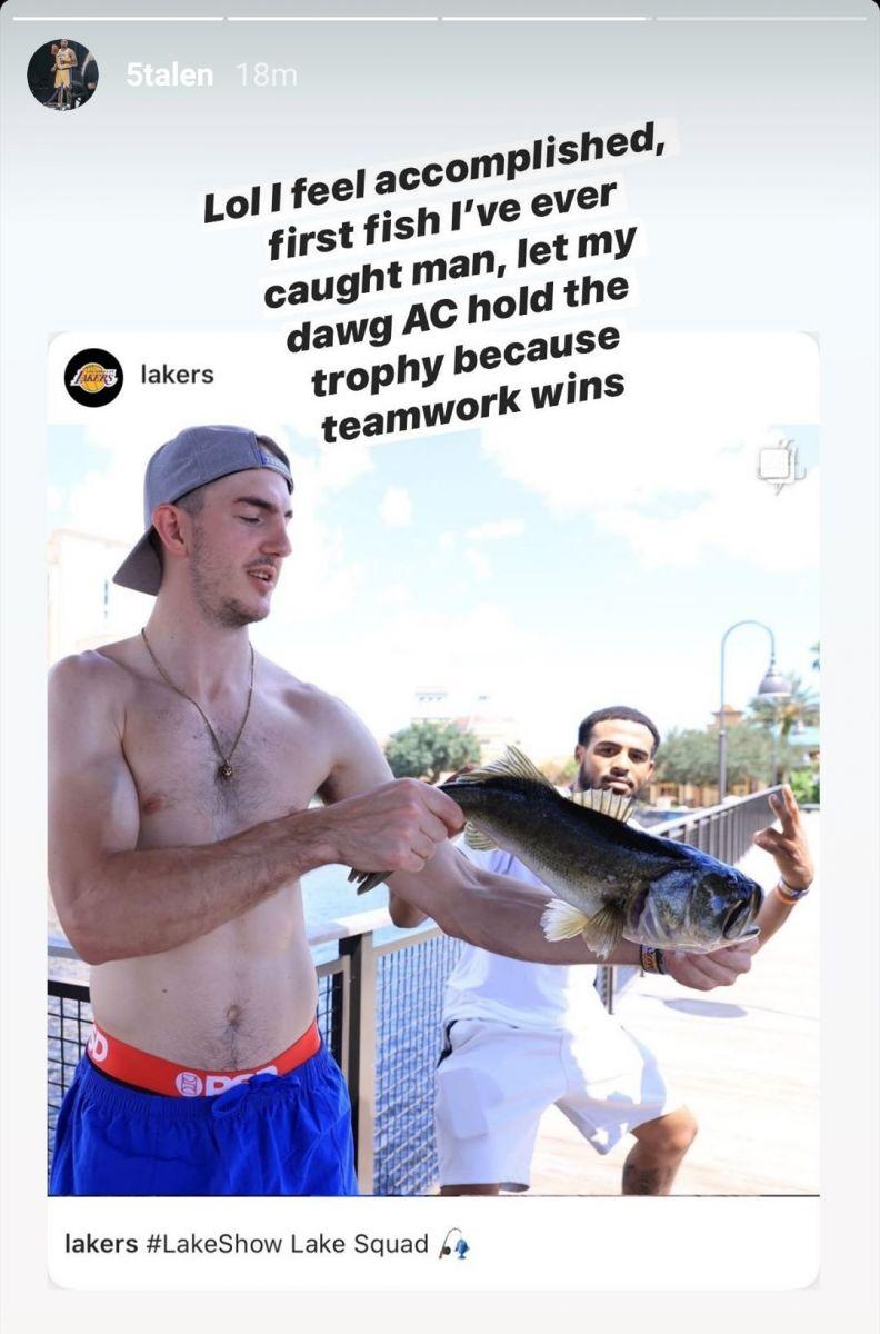 塔克钓到那条鱼却不敢捉鱼,让卡鲁索用手捉的
