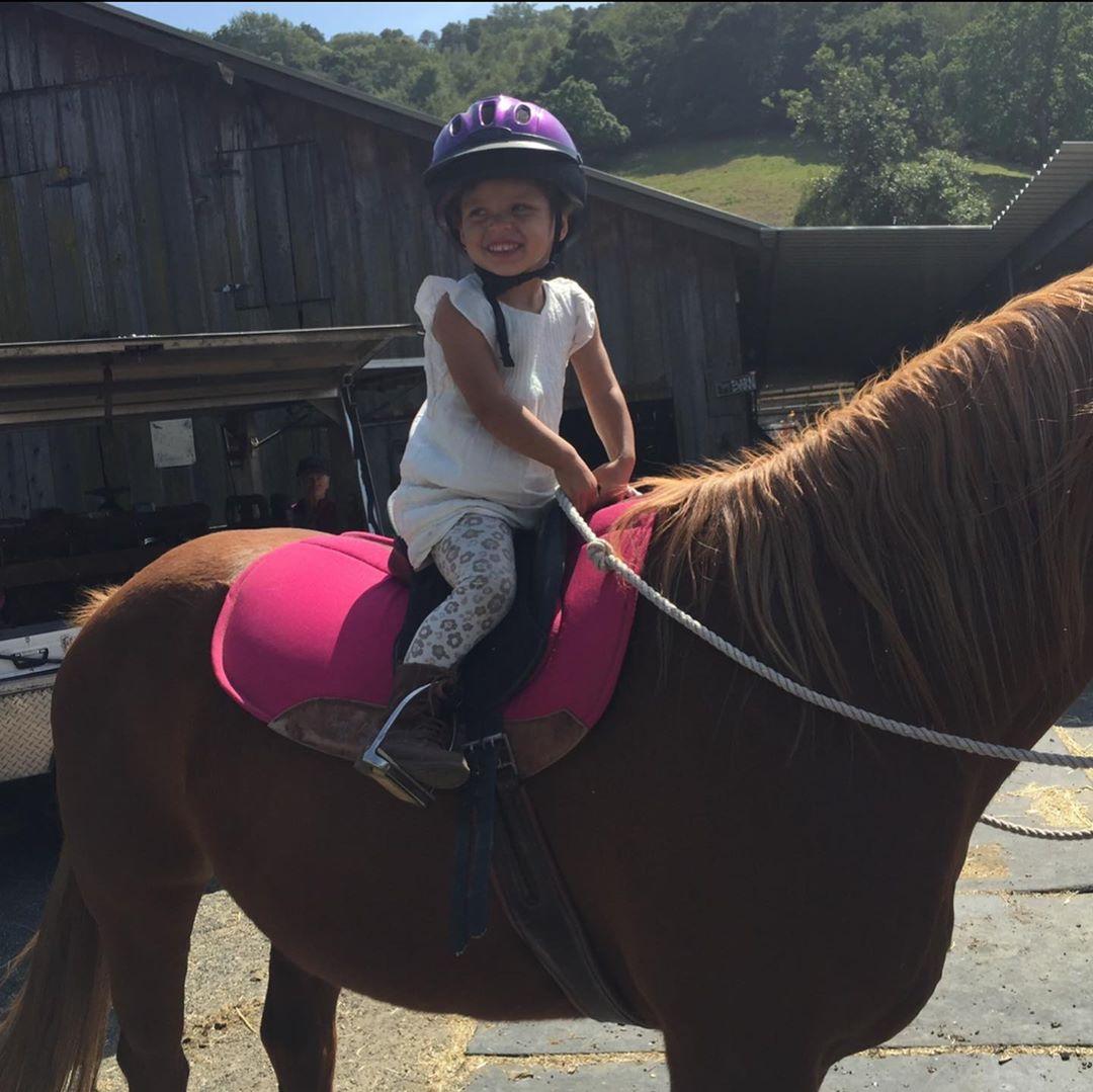 棕马公主!阿耶莎晒女儿莱利骑马照庆祝其八岁生日