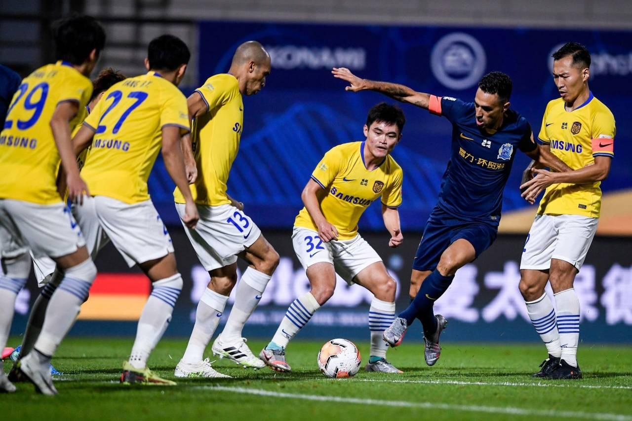 伊涅足球小将斯塔级的待遇,扎哈维拿球被苏宁六名球员围追堵截