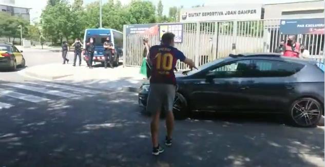 巴萨球迷围堵董事,巴托梅乌,塞蒂国际足球新闻恩和球员从后门离开