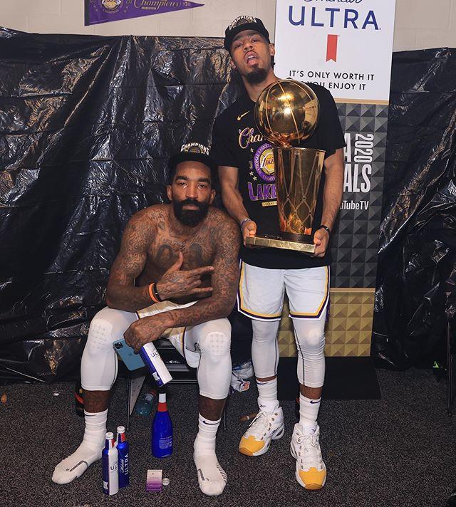 """配文写道:""""第二个NBA总冠军!!湖人秀,我们回来了!"""