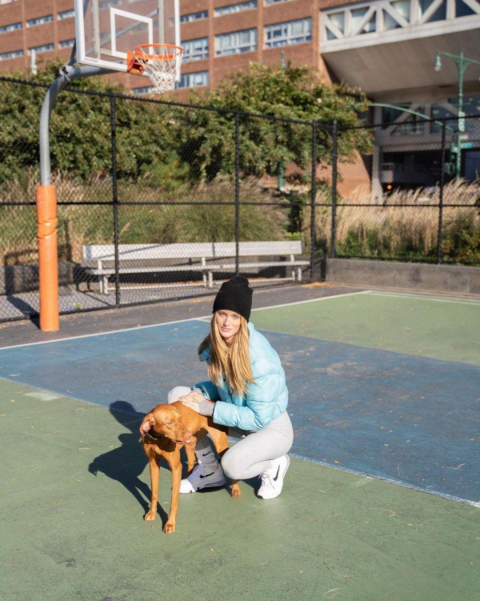 汉口放水的场子:A bright touch of winter!Love's girlfriend posted a photo of herself taking her dog out of the street插图(1)