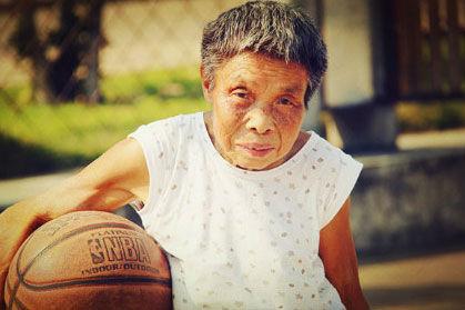 76岁朱奶奶投篮百发百中,单双杠爬杆长跑全能