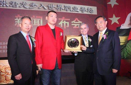 拳王张君龙成步入世界职业拳坛第一人