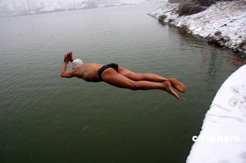 一名冬泳队员汉江游泳被卷入船底遇难