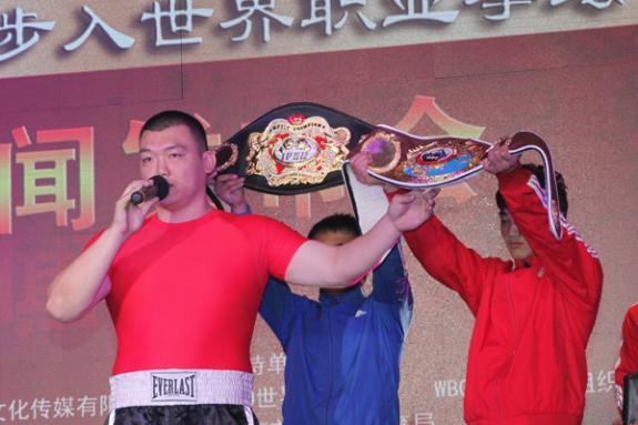 张君龙转职业拳手,WBO首秀上演KO