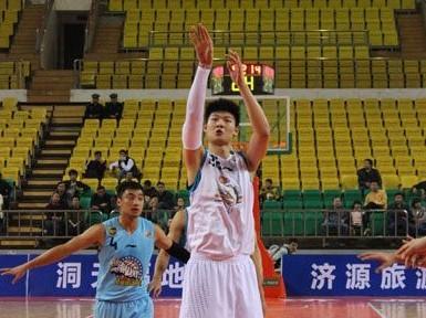 王哲林新赛季披22号,因姓名笔画为22