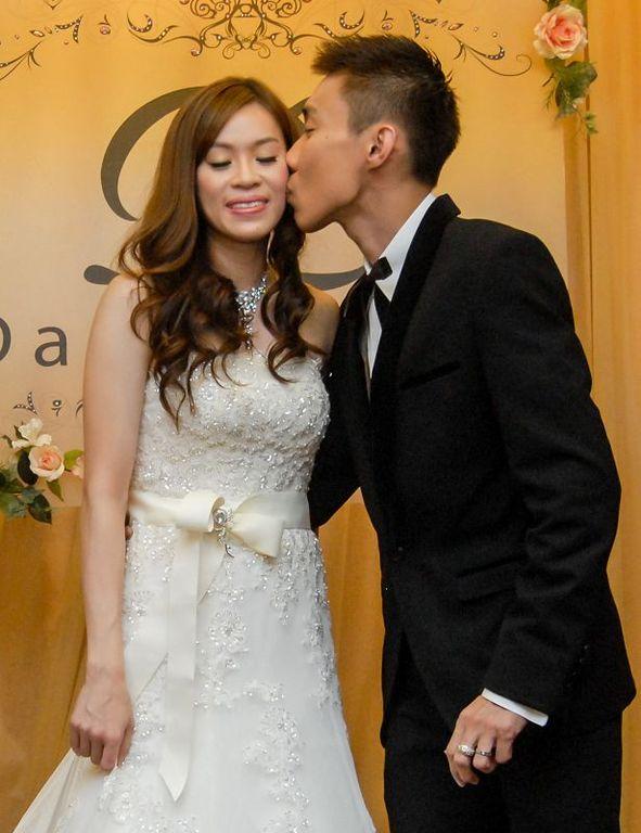 穿婚纱礼服会媒体,李宗伟携妻甜蜜亮相