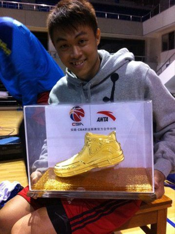 李学林收到MVP金靴,宝岛球员首获此殊荣