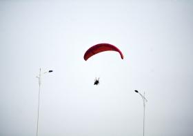 都市男避堵车,开滑翔伞飞回家