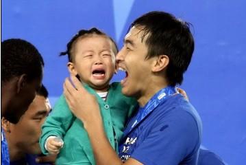 恒大众星带孩子领奖,冯潇霆女儿竟失声痛哭