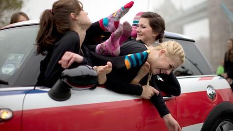 28名体操女孩18分钟挤进一辆迷你车