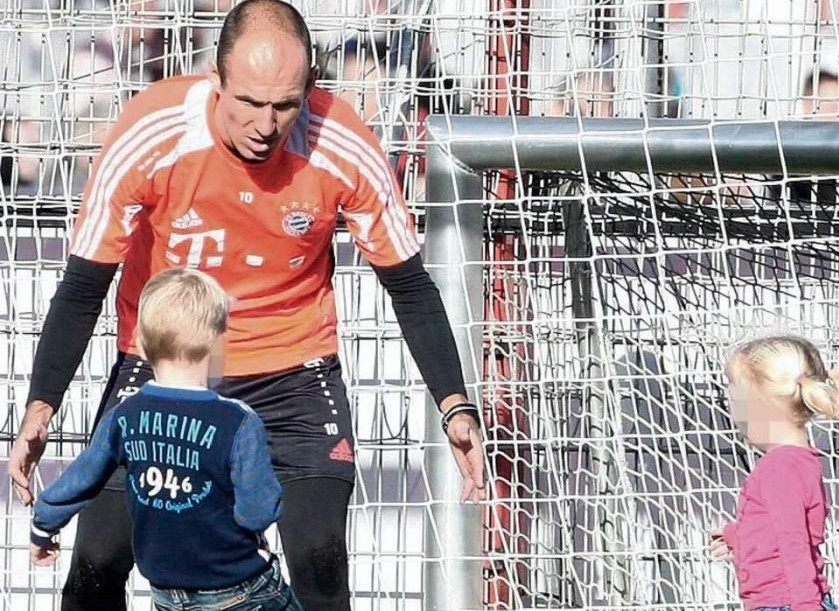 图片报:加练结束后罗本与子女在训练场玩耍