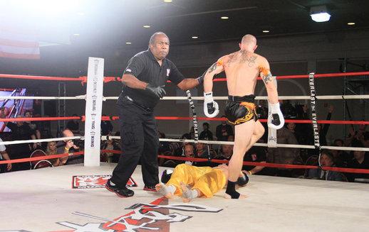 中美搏击对抗赛:少林武僧遭意外KO