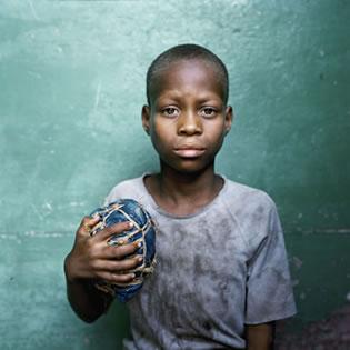 再烂的球都无所谓!非洲孩子们的足球梦