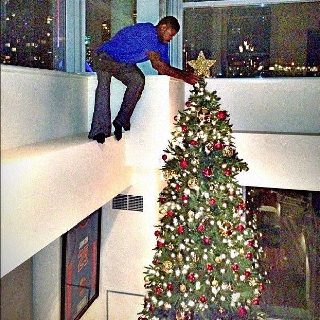 悬!猛龙内线晒照片:为超高圣诞树挂星星
