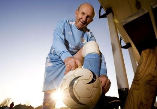 1300球!74岁老汉完成职业生涯里程碑