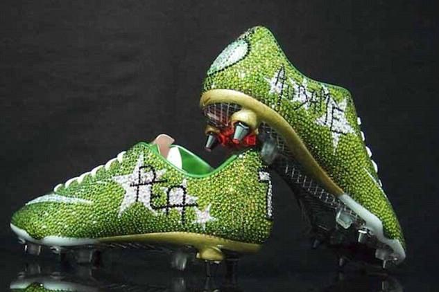 堪比切糕!球员脚踏2500英镑水晶球鞋
