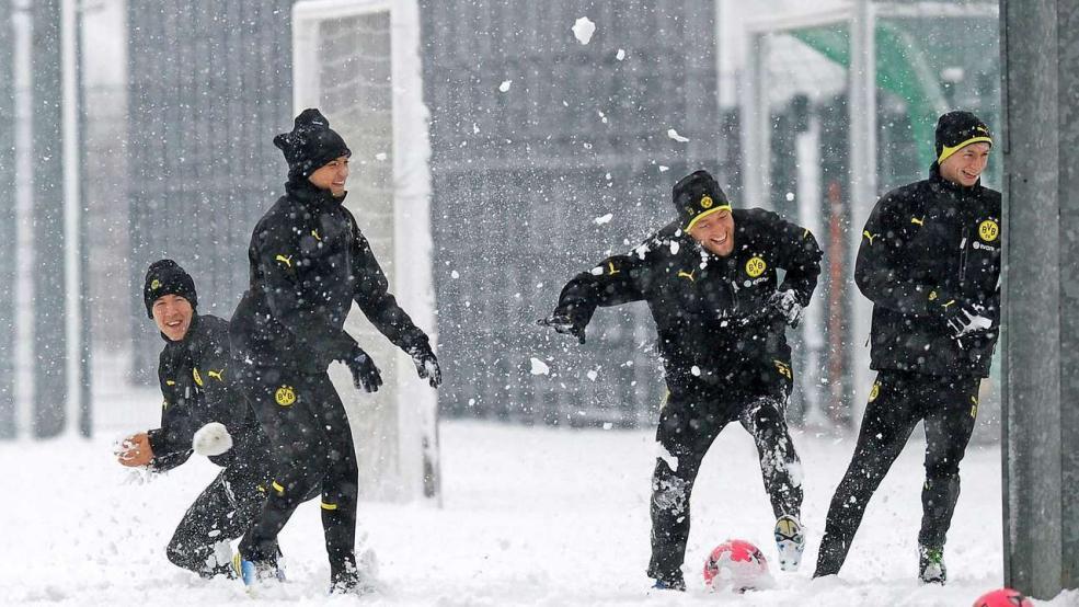 花边:雪中妙趣横生的球队训练