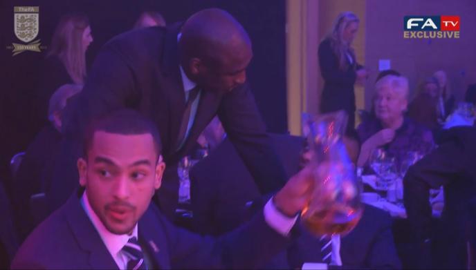 [视频]英足总颁奖礼,球场悍将变帅哥美女