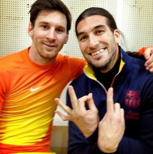队友祝贺梅西在巴萨的进球总数超300球