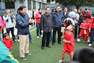 魏吉祥走进校园,称踢球与学习不冲突