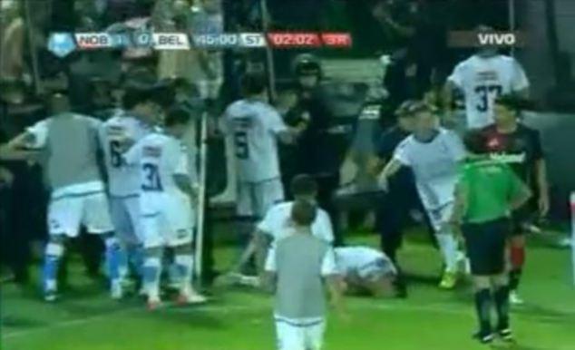 南美球场再添丑闻,球员竟被警察袭击!