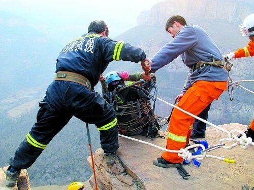 河南安阳3名游客坠崖,救援人员峭壁上施救