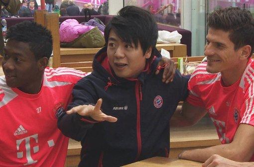 中国钢琴家郎朗造访拜仁训练总部