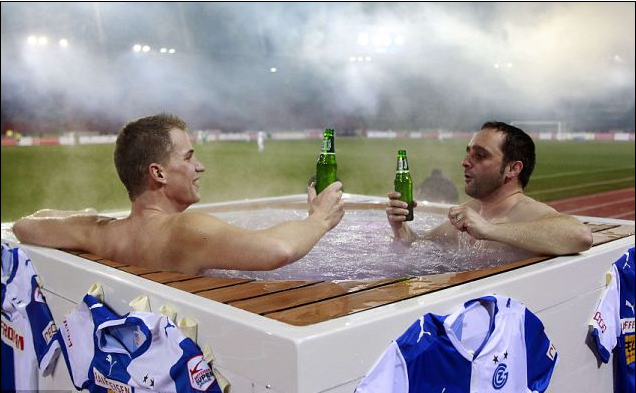 现场泡澡喝酒摸球员,瑞超球迷好福利