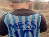 伊拉克儿童用塑料袋做梅西球衣