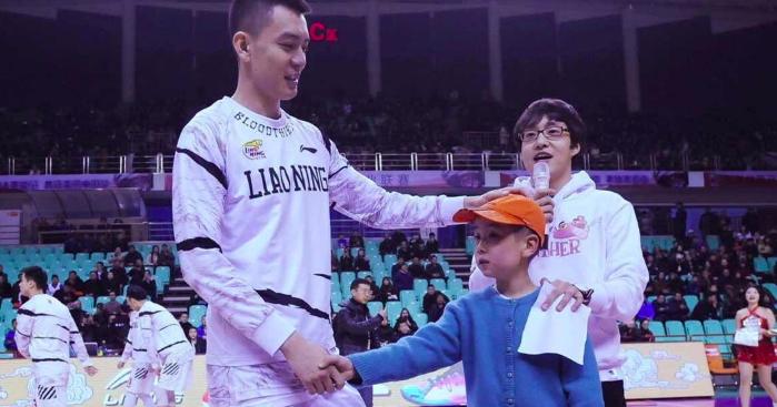 杨鸣鼓励肿瘤男孩:做自己的英雄