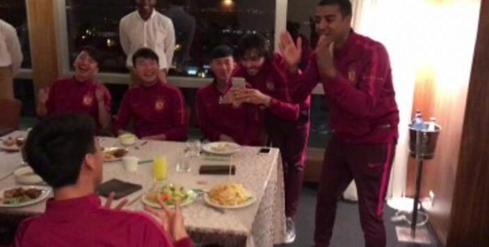 阿兰筷子插饭上给队友庆生,冯潇霆:在中国会挨揍