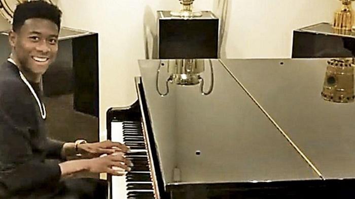 多才多艺!拜仁后卫阿拉巴优雅弹钢琴