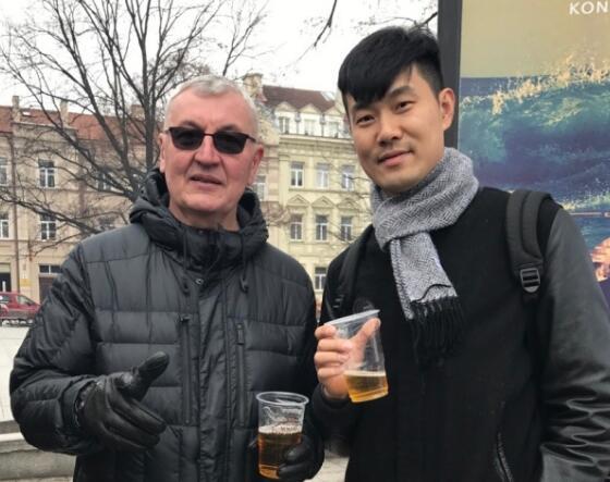 王仕鹏晒与前中国男篮主教练尤纳斯合影