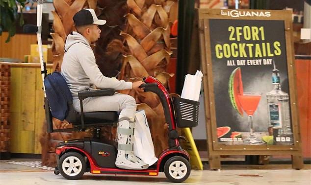腿脚不便有办法,热苏斯乘小电动车外出
