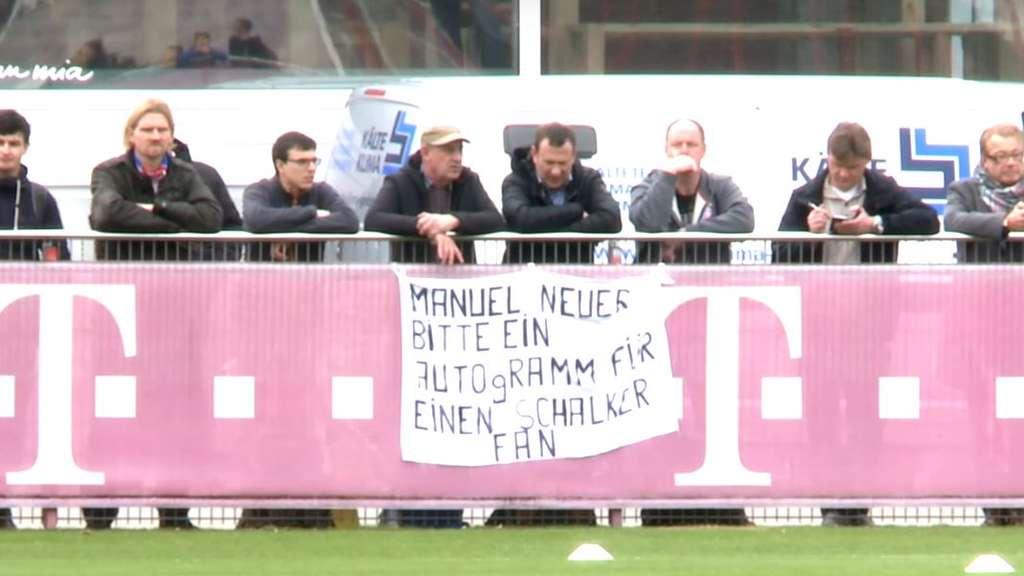 沙尔克球迷观看拜仁训练,向诺伊尔要签名
