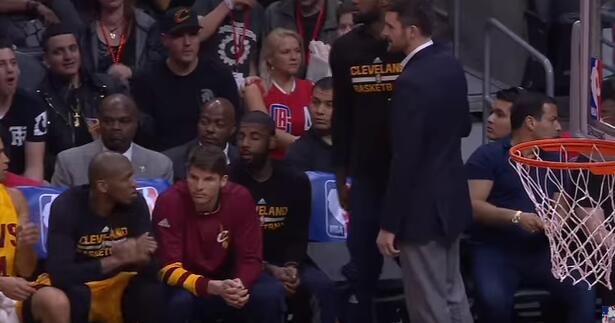 詹姆斯在板凳席幫沒座的樂福找座