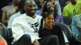 科比回到斯台普斯球馆,观战WNBA比赛