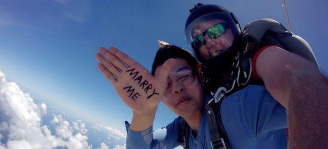 玩的就是刺激!方硕带女友跳伞高空中成功求婚