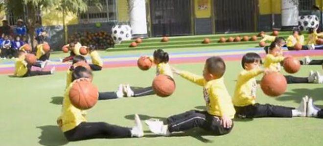 双手+胯下运球!最强幼儿园萌宝秀花式篮球