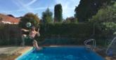 杂技挑战,路易斯上演泳池高难度凌空射门